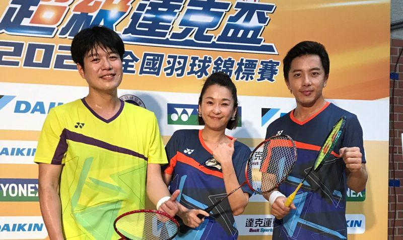 ▲(左起)李易、六月、坤達參加羽球比賽。(圖/中華羽球協會)