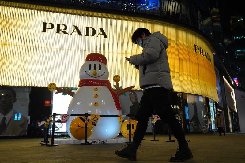 ▲中國北京商場前的聖誕節佈置。對基督徒較少的國家來說,聖誕節的宗教氣氛較薄弱。(圖/美聯社/達志影像)