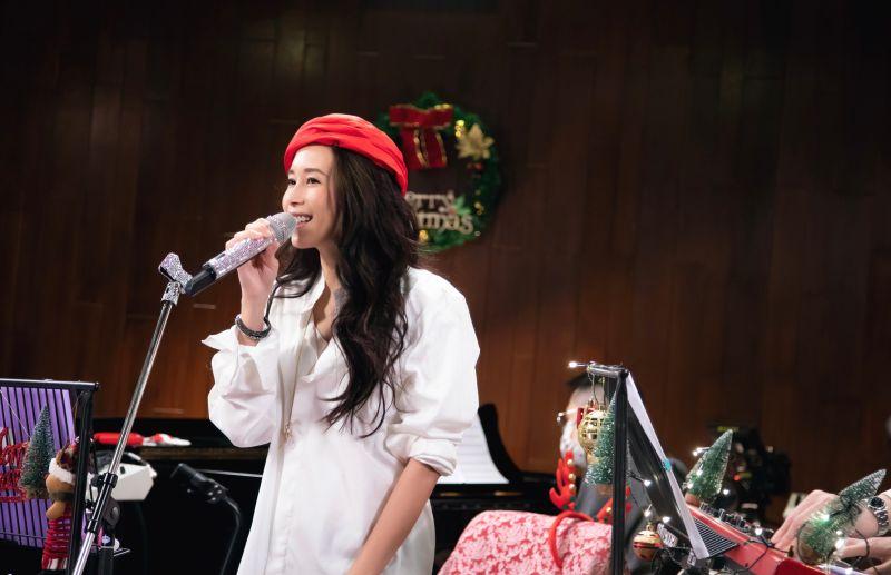 <b>莫文蔚</b>驚喜香港線上開唱 老公飛吻示愛超幸福