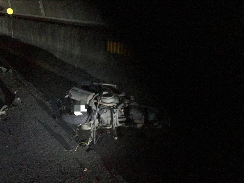 ▲凌晨3點多發生一起機車騎士遭車輛輾過,屍塊及車輪散落在國道上的交通事件。(圖/國道三隊提供)