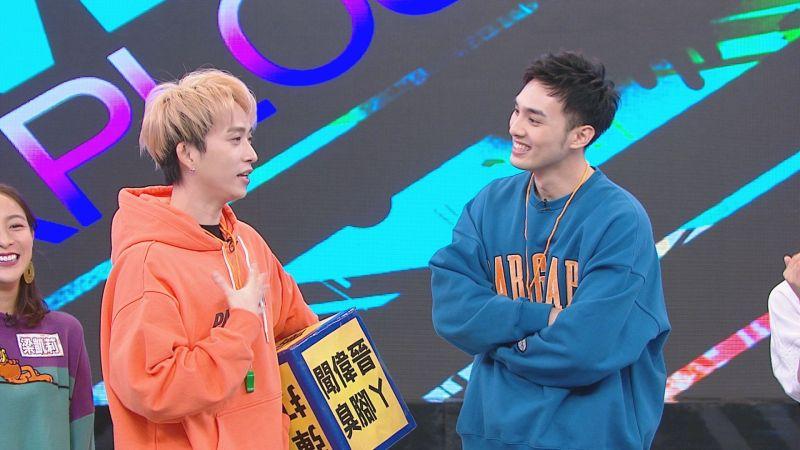 ▲邱鋒澤(左)、黃偉晉帶領來賓進行「百分百遊戲王」關卡。(圖/八大提供)
