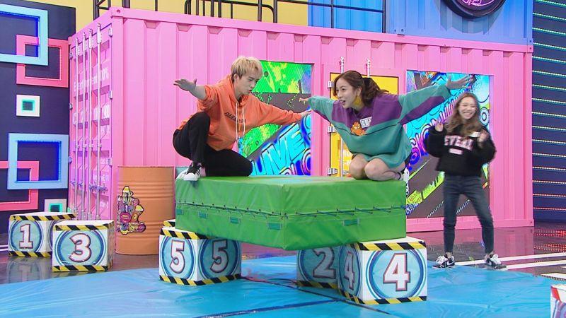 ▲邱鋒澤(左)、凱莉被迫以大鵬展翅的怪異姿勢求得闖關勝利。(圖/八大提供)
