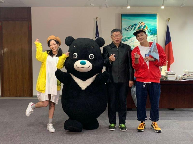 ▲威廉(右一)、貝童彤(左一)訪問台北市長柯文哲。(圖/TVBS提供)