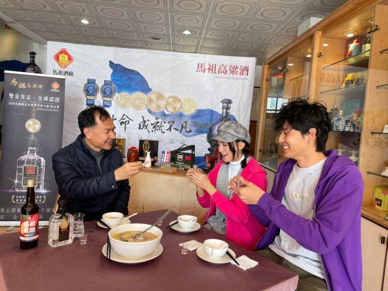 ▲連江縣長劉增應(左起)比拚朵拉、風田。(圖/TVBS提供)