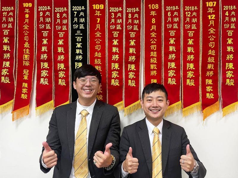 ▲陳家駿(圖左)在店長林明誠(圖右)的指導下,第三個月就順利成交、去年年收入更高達150萬。(圖/資料照片)