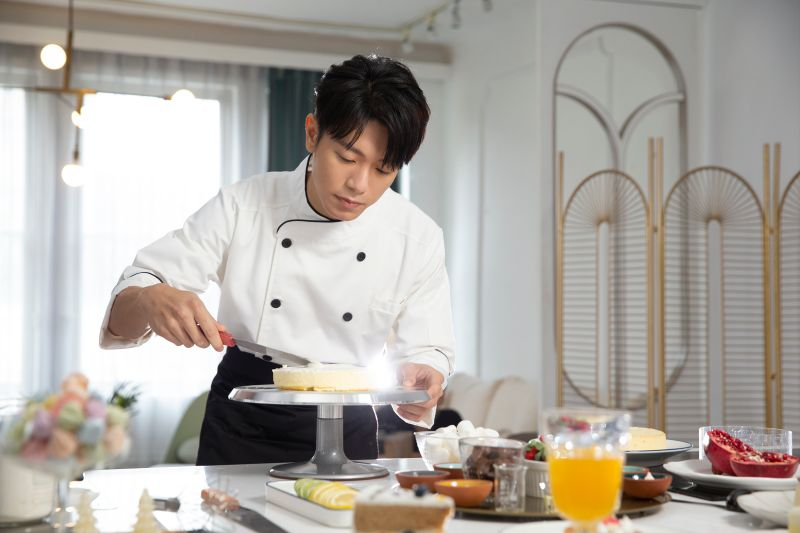 韋禮安化身求婚蛋糕師,拍攝歌曲《請你嫁給我》MV。(圖/耀聲音樂提供)