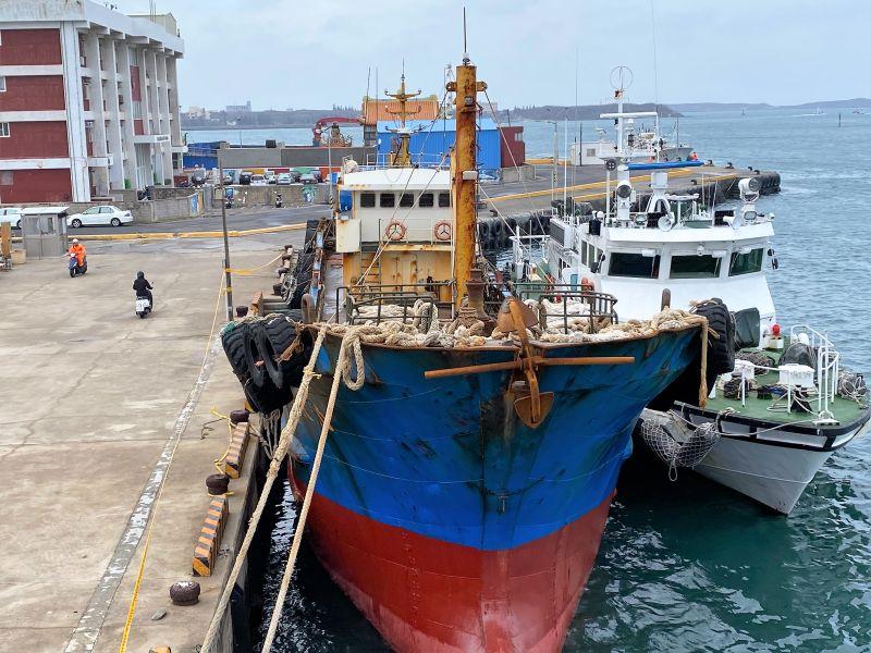 澎湖海巡雷霆出擊 查扣大陸「無船名」油料補給船