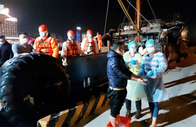 ▲經海巡人員身穿防護衣登檢之後發現,該船未發現牛、豬肉相關製品,人員均無發燒情形。(圖/澎湖海巡隊提供)