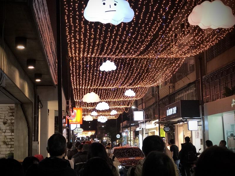 ▲透過燈飾和雲朵的巧妙搭配以三種不同的氛圍主題打造東區最美巷弄。(圖/資料照片)