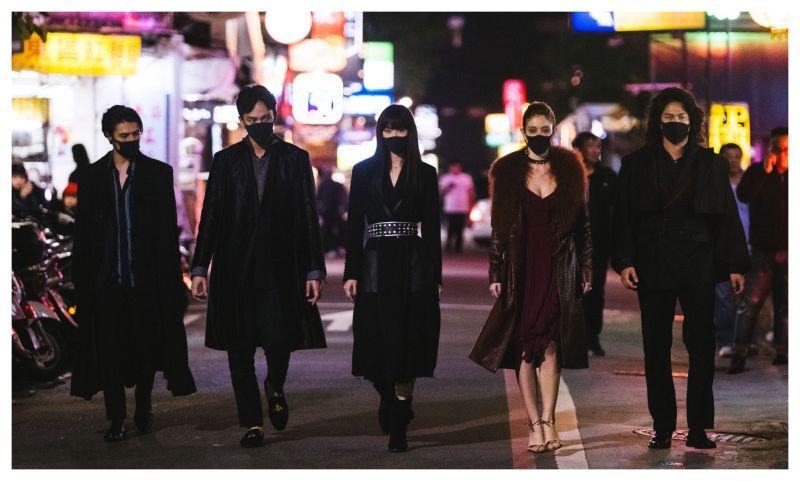 ▲(左起)荷蘭演員薛斯布隆、曹晏豪、鍾瑶、安妮、阮承恩,在片中戴上口罩,意外符合時事。(圖/光譜映像提供)