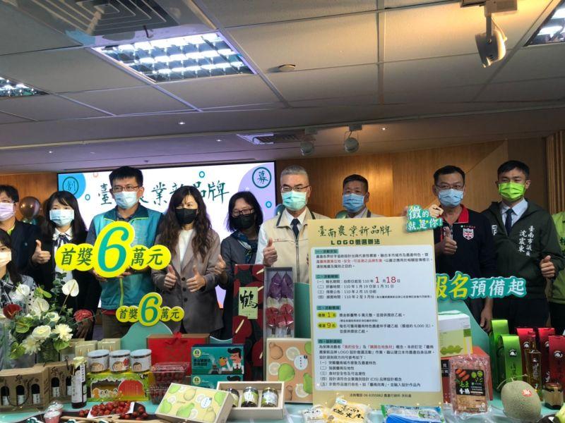 首獎獎金為新台幣6萬元,農業局局長謝耀情(中)歡迎各方設計好手前來參賽