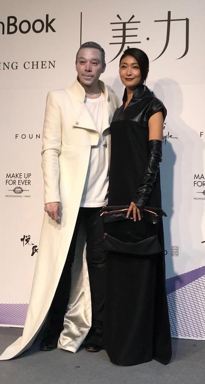 ▲柯奐如穿著設計師陳科維(左)設計的服裝出席服裝秀。(圖/陳科維提供)