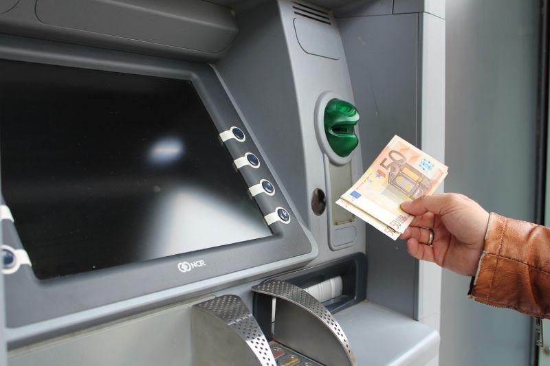 銀行領錢遭狠酸!阿嬤霸氣用「1招」反擊 櫃台臉綠慘了