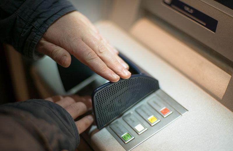 ▲原PO到提款機領錢按密碼時,旁邊有位男子餘光不斷偷瞄,真相曝光全笑翻。(示意圖/翻攝自Pixabay)