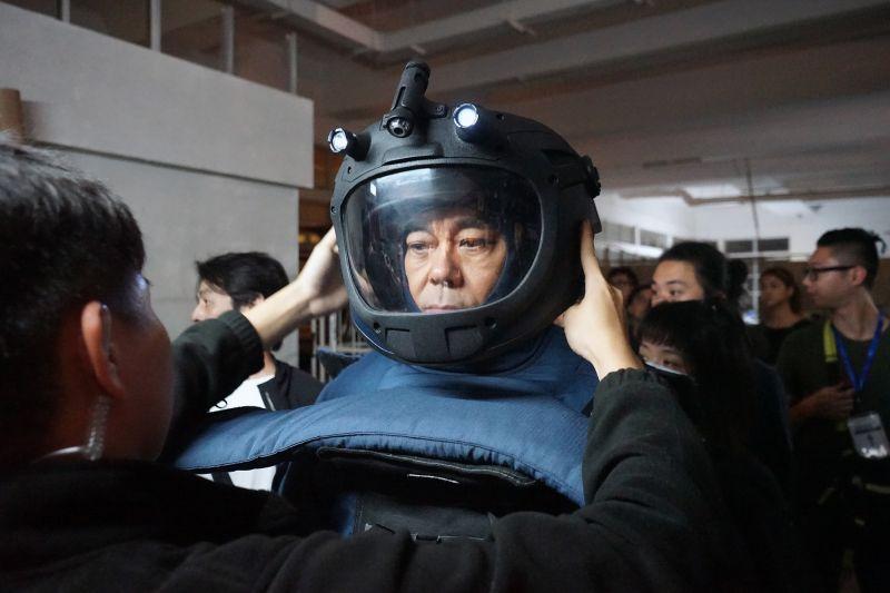 ▲劉青雲不時要穿上31公斤的拆彈裝備上陣演戲。(圖/華映提供)