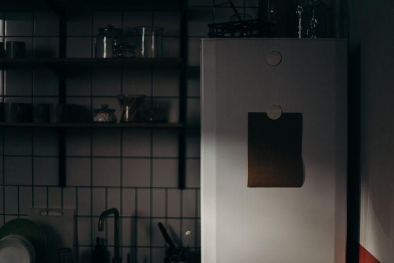 ▲冰箱上下層磁鐵全部一起掉落,讓原PO全身發毛。(示意圖/翻攝自Pexels)