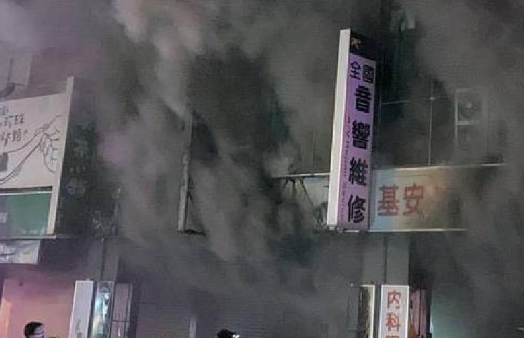 ▲全國音響店冒出濃濃黑煙(圖/民眾提供)