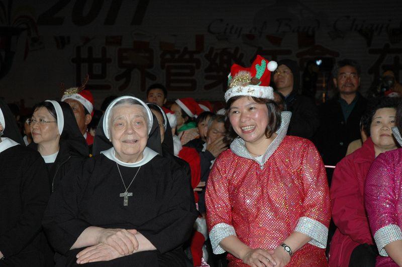▲市長黃敏惠特別找出2007年聖誕節報佳音與華修女的合照,於發表會中分享。(圖/嘉巿府提供)