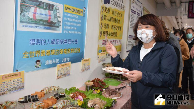 ▲黃敏惠市長和來賓一起品嚐西市場老店美食。(圖/記者郭政隆攝影2020.12.30)