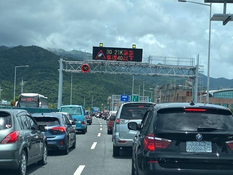 網友分享自己在國道上面禮讓警車,卻反而被開罰單,讓他非常不解。(圖/NOWnews資料照片)