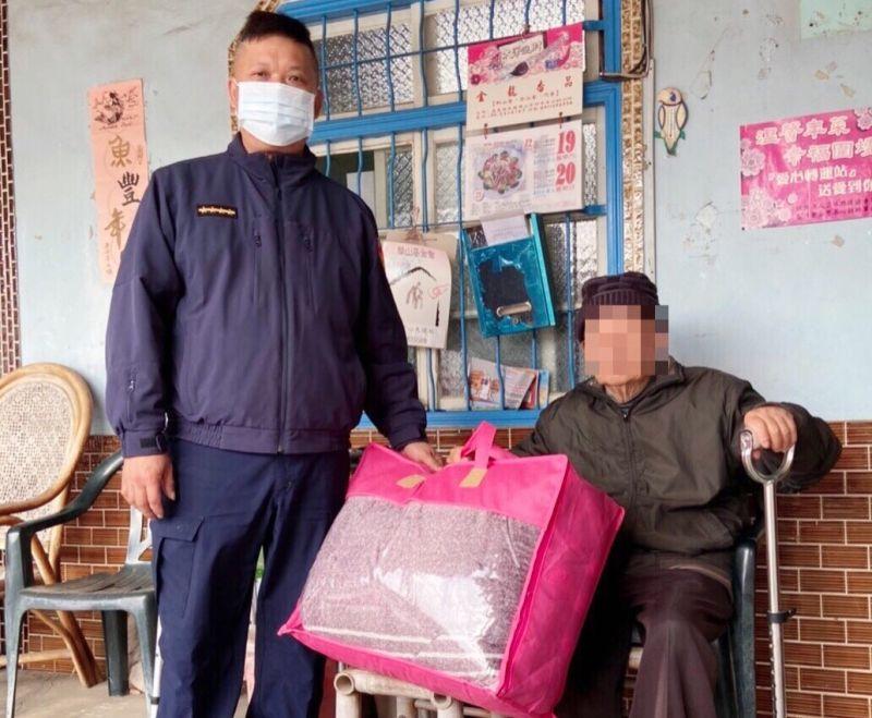 ▲北港警分局派員至獨居長者住處提供禦寒物品棉被。(圖/記者蘇榮泉攝,2020.12.30)