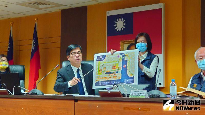高雄市長陳其邁親自說明今年高雄「跨百光年」跨年晚會的相關防疫作為。(圖/記者鄭婷襄攝)
