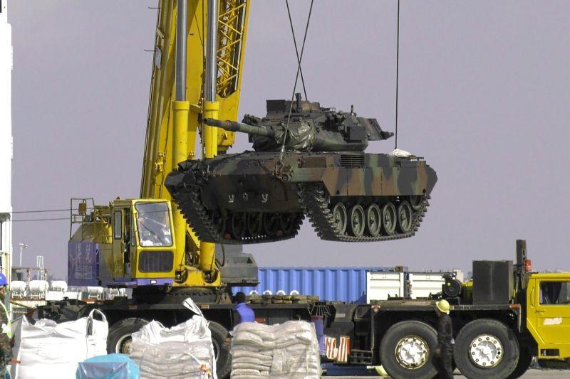 8輛M41D戰車運抵金門烈嶼鄉九宮碼頭。(圖/記者蔡若喬攝)