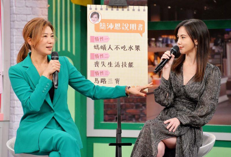 ▲連靜雯(左)爆料簡沛恩被水果嚇哭。(圖/衛視)