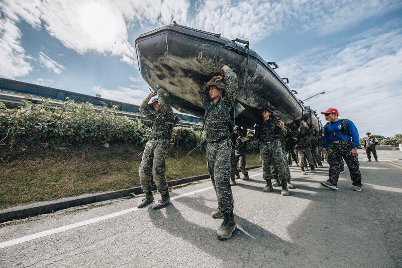 ▲兩棲偵搜專長班151期克難週,各艇組員必須將重達146公斤的戰鬥突擊艇合力頂在頭上,考驗默契與體力。(圖/軍聞社提供)