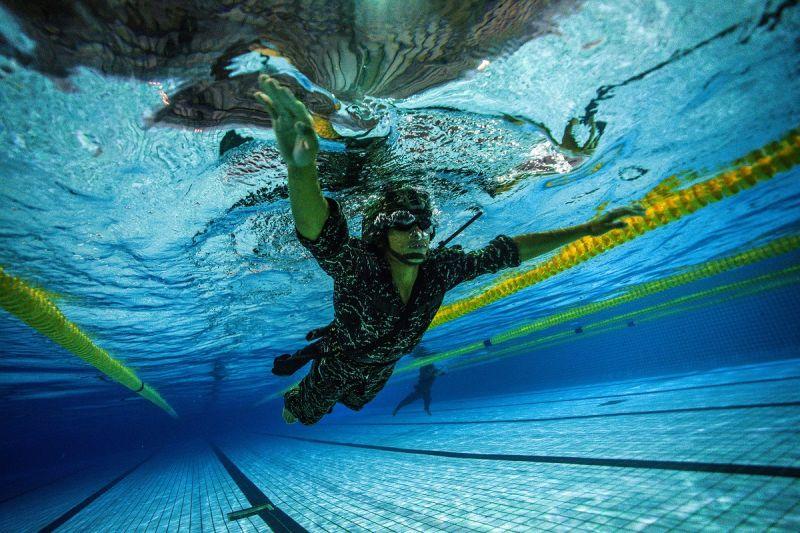 ▲克難週第4日實施200公尺武裝游泳、35公尺平潛測驗。(圖/軍聞社提供)
