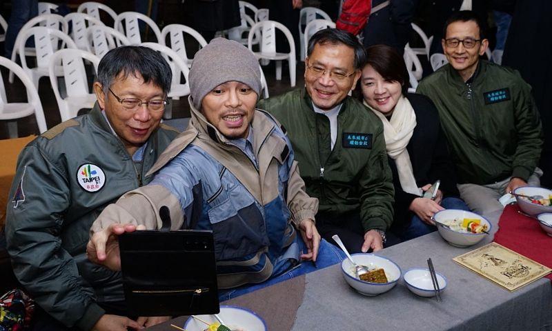 為了推廣「三貓」觀光產業,台北市觀光傳播局特別找來大馬鬼才歌手黃明志擔任代言人。圖為台北市長柯文哲與黃明志以及局處首長等人玩自拍。