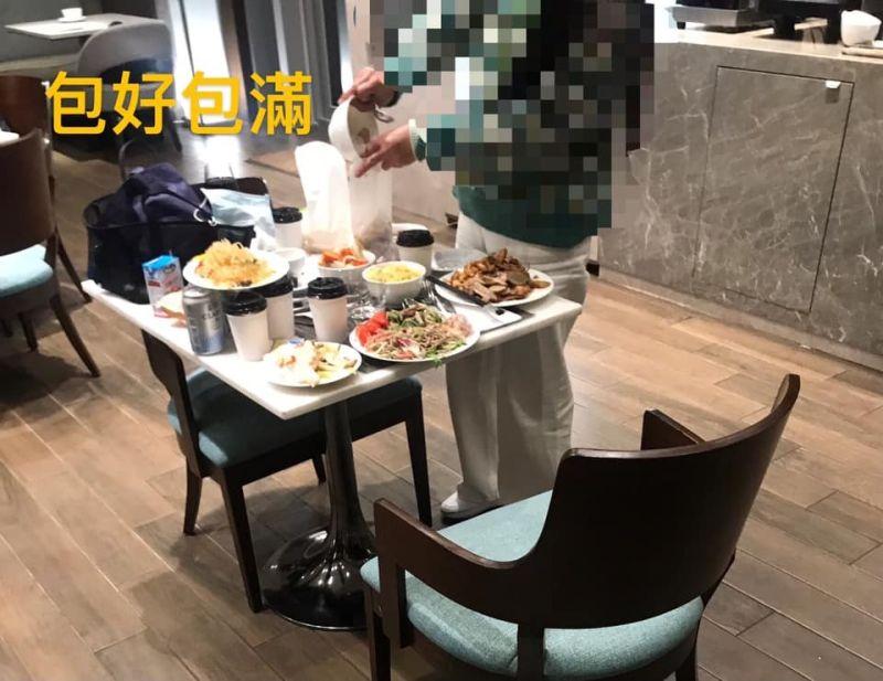 ▲網友分享自己看到一位阿姨暴風狂打包飯店的buffet。(圖/翻攝爆料公社公開版)