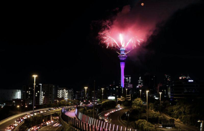 紐西蘭奧克蘭天空塔煙火齊發,璀璨耀眼。(圖/美聯社/達志影像)