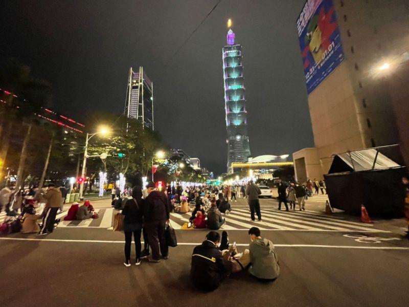 ▲北市府周邊及101大樓附近人潮現況。(圖/NOWnews影像中心攝影)