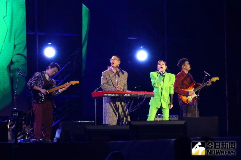 ▲「2021跨百光年」蓬萊舞台ELLA陳嘉樺和茄子蛋合唱「浪子回頭」。(圖/記者鄭婷襄攝)