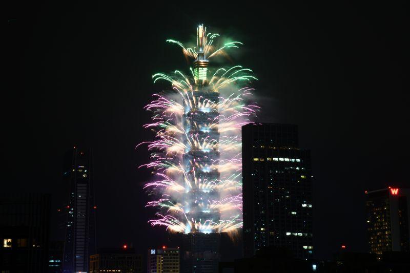 ▲一年一度備受矚目的台北101跨年煙火,今年主打全球首創高樓四面架設360 度特效輪狀煙火,以時長300秒、共1.6萬發的煙火點亮夜空。(圖/記者林柏年攝)
