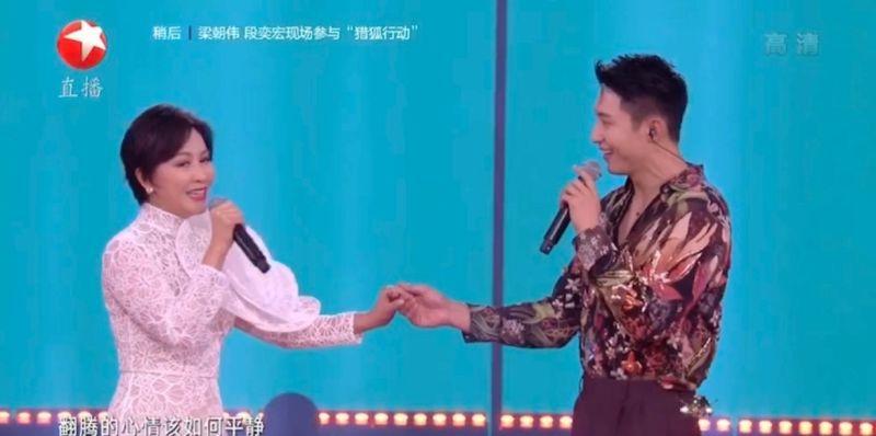 ▲劉嘉玲(左)和黃景瑜合唱《你是如此讓我難以忘記》。(圖/東方衛視直播截圖)