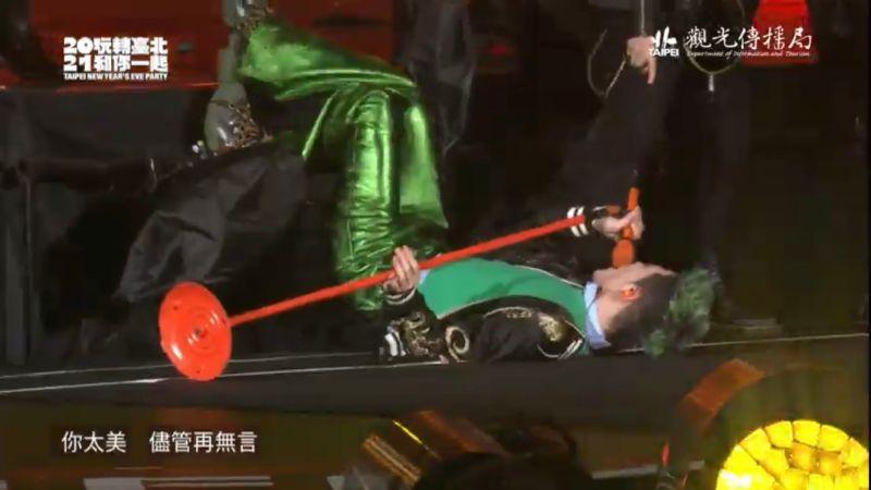 蕭敬騰2021嗨過頭!唱到一半突「重摔舞台」