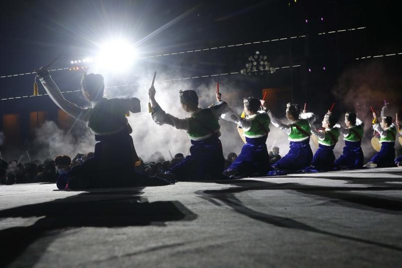 ▲▼藝人在舞台上歡快表演。(圖/美聯社/達志影像)