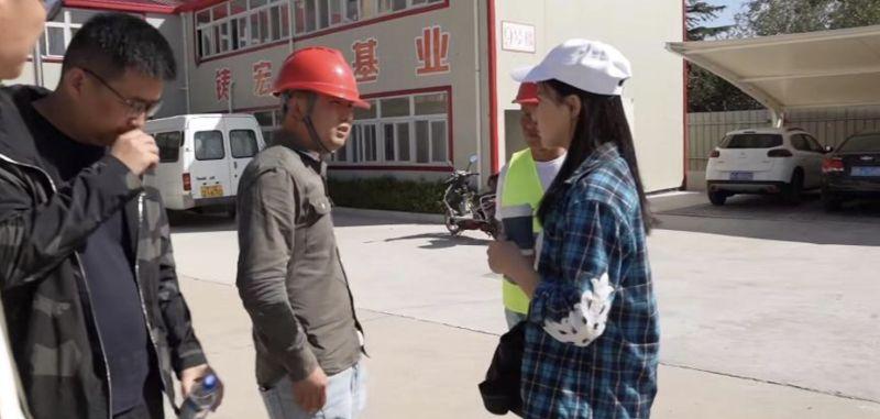 ▲曹譯文宣稱自己瞞著家人,進入自家建築工地,目的是要「體驗搬磚小妹的一天」。(圖/YouTube影片)