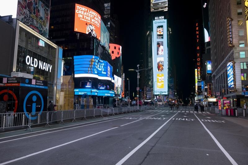 ▲受到新冠疫情影響,紐約時代廣場已沒有往年跨年時的盛況,只有零星民眾和維安警員,冷清程度堪稱100多年來首見。(圖/美聯社/達志影像)