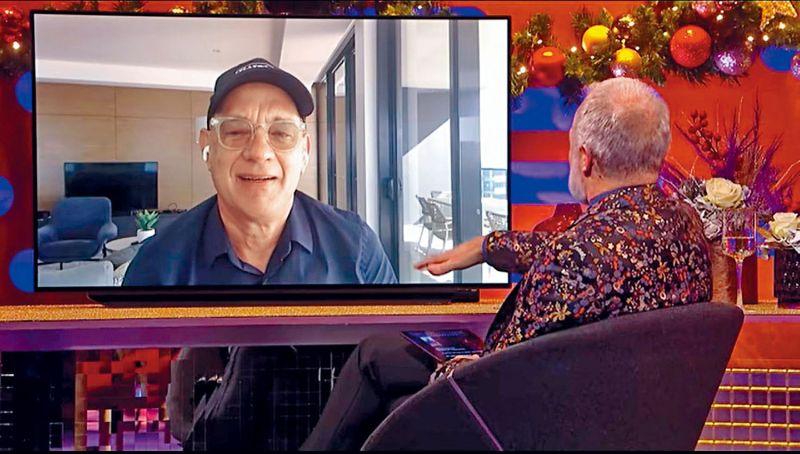 ▲湯姆漢克斯(左)戴帽子接受訪問。(圖/《The Graham Norton Show》YT)