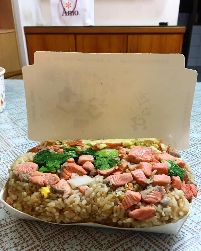 ▲只見一個普通的餐盒被塞滿「鮭魚炒飯」,鮮紅的肉塊配上金黃的烘蛋以及綠色的時蔬,真讓人胃口大開。(圖/翻攝自臉書社團《老百姓日常三餐交流會》)