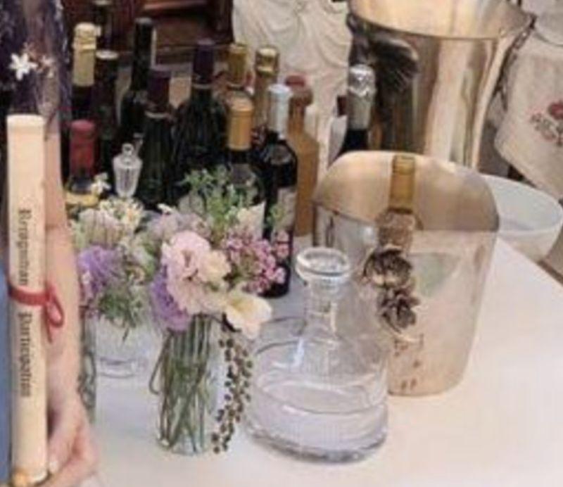 ▲姚安娜桌上的酒一支要價幾十萬。(圖/翻攝姚安娜微博)