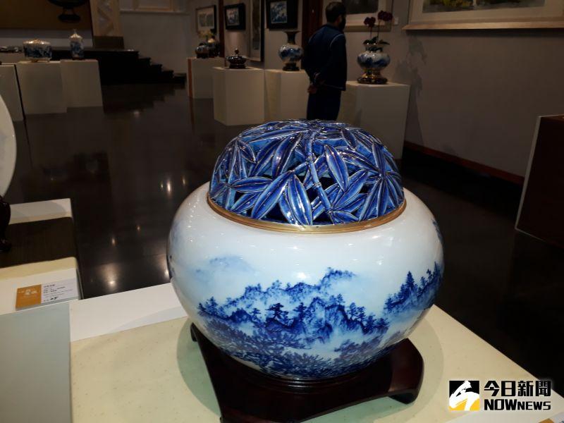 ▲卓麗秋著名中國書畫名家周澄教授,她選擇利用青花瓷作為創作素材。(圖/記者陳雅芳攝,2021.01.02)