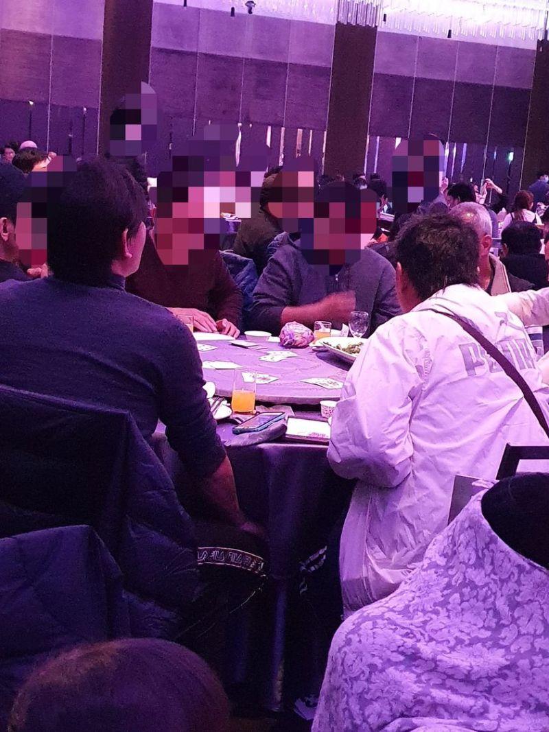 ▲原PO看到整桌賓客在等待時間「手癢」開始打牌。(圖/翻攝爆廢公社二館臉書)