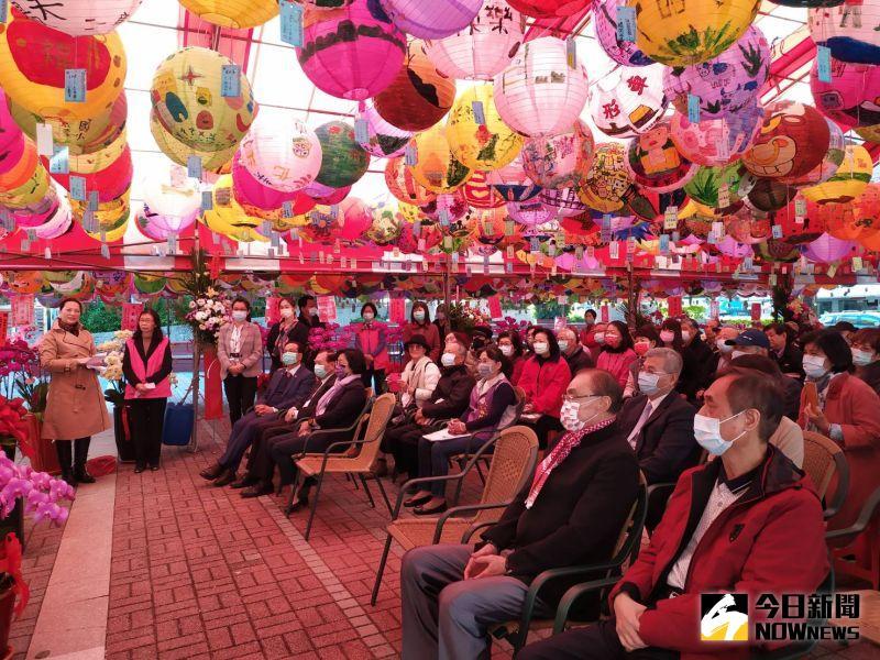 ▲心月造境卓麗秋(心月)山水青花瓷個展開幕典禮參與人數眾多。(圖/記者葉靜美攝,2021.01.02)