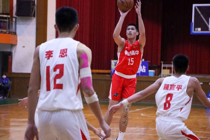 ▲南山高中前鋒廖偉皓繳出18分16籃板,聯手幫助球隊以30分大勝高苑工商。(圖/名衍行銷提供)