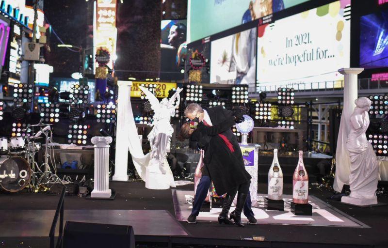 紐約跨年夜時代廣場冷清 市長與夫人台上共舞挨轟