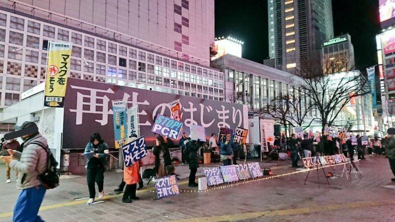 把新冠肺炎當成神!日本神秘團體東京街頭要人拿下口罩